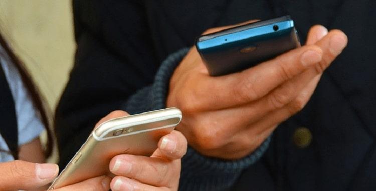 телефоны в руке