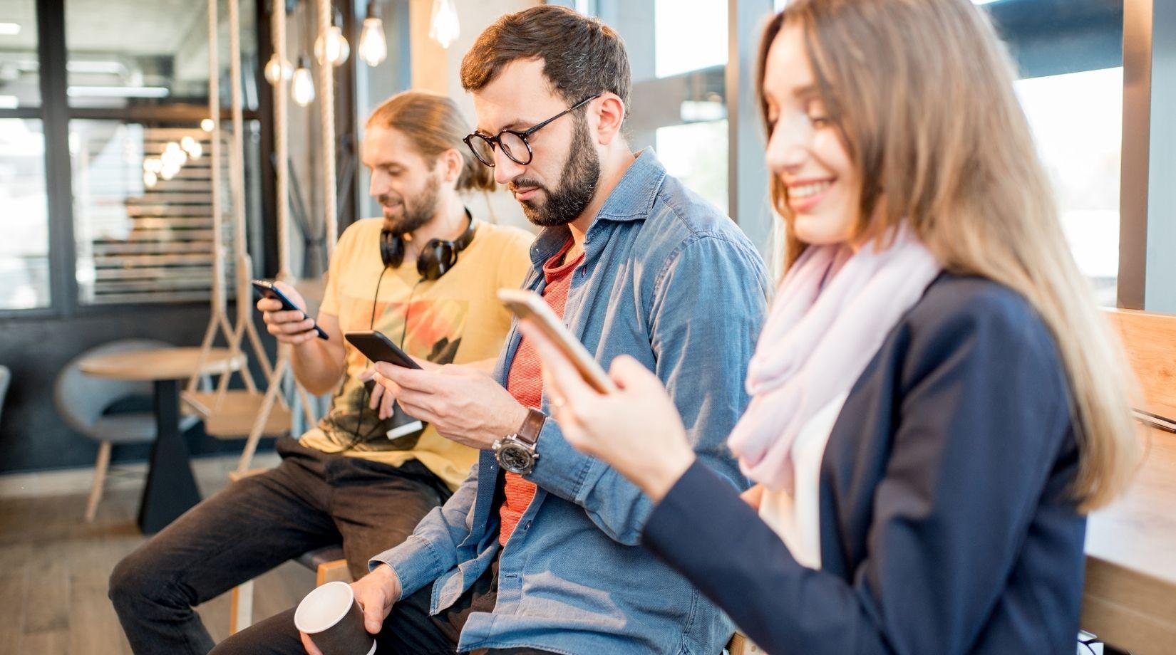 люди с телефонам
