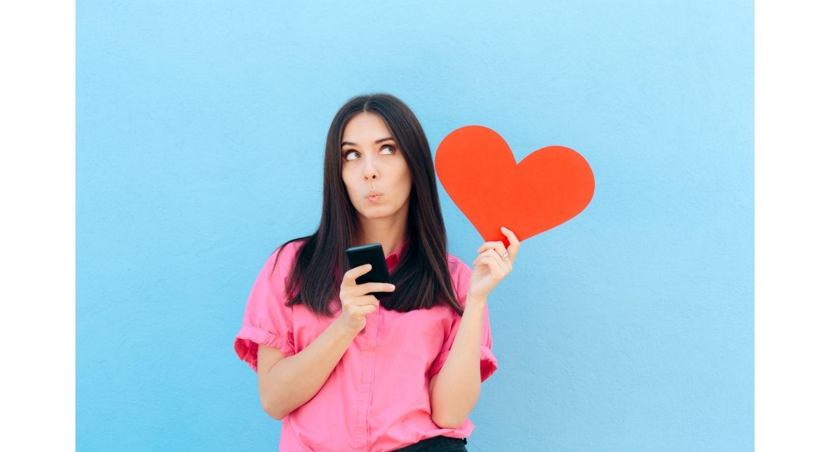 девушка с телефоном и сердцем